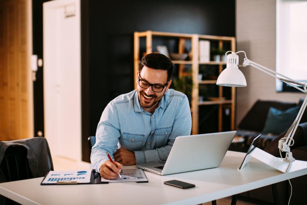 Como melhorar seu desempenho em home office em 4 passos. Foto: djile - Adobe.