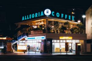 Painel luminoso para fachada: saiba porque ele é o melhor custo-benefício para sua propaganda. Foto/Reprodução: Gaku - Unsplash