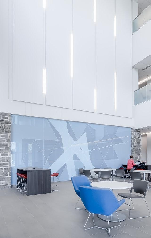 Adesivagem em parede de escritório. Photo: Scott Webb - Unsplash