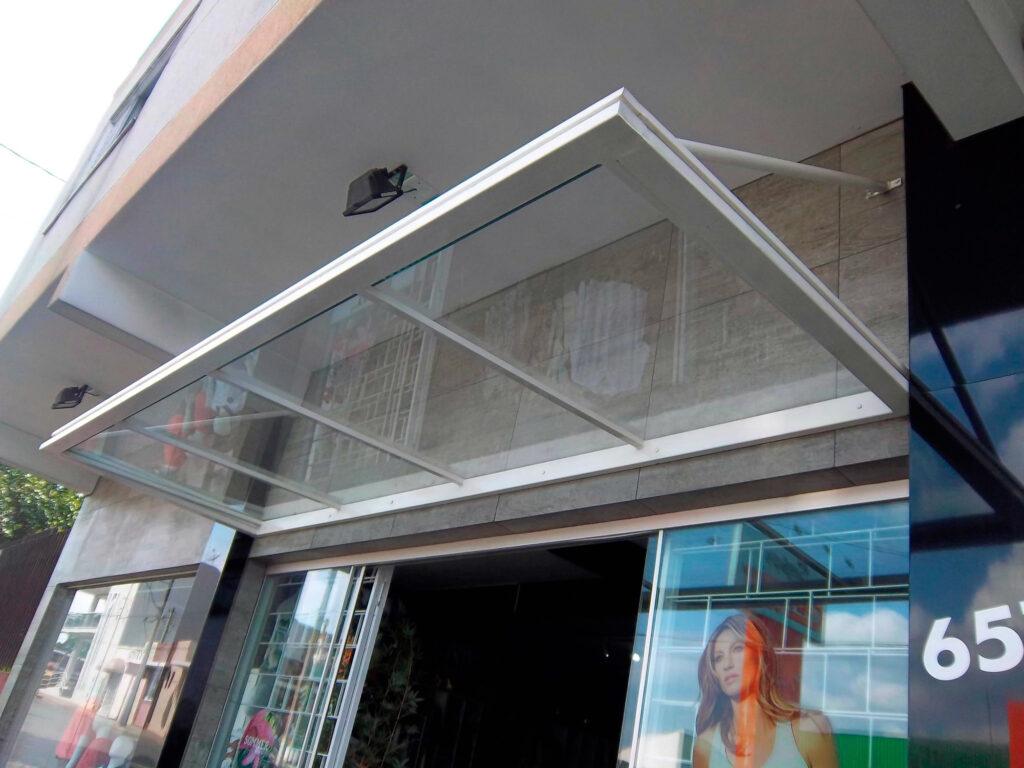 vitrine com cobertura em policarbonato 3D Comunicação