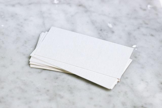 Descubra a melhor forma de montar um cartão de visita. Foto/Reprodução: Kate Trysh no Unsplash