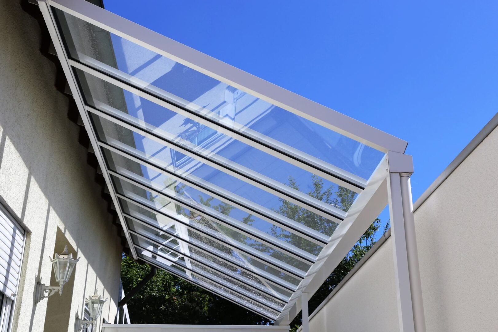 Toldo em policarbonato: quais os benefícios de instalar em seu ambiente?